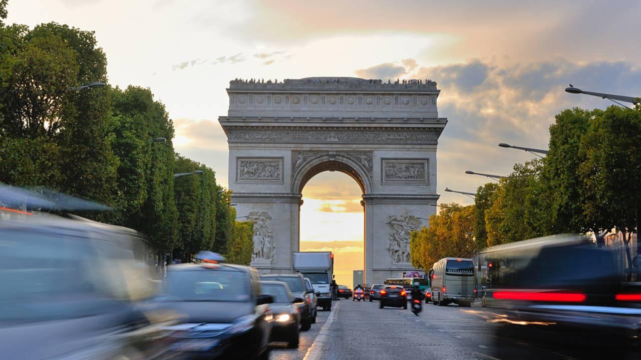 El tráfico de automóviles en el Arc de Triomphe de París Francia