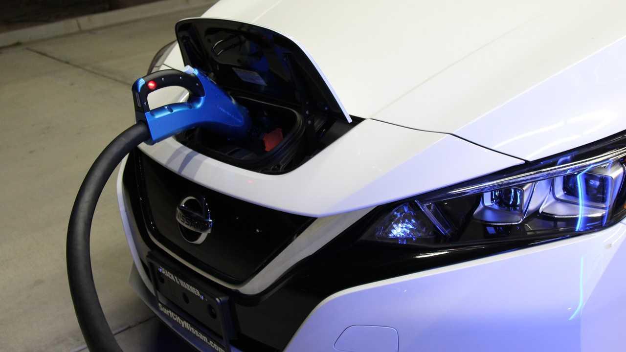 Carga rápida del Nissan LEAF (CHAdeMO) en la estación EVgo